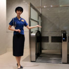 警備の現場で女性が輝くスタイリッシュな警備服