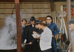 刑事時代の八木会長。道場開きで同僚と鍋を囲む(右から2人目のサングラス姿)