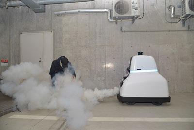 煙を噴射して不審者を威嚇するデモンストレーション。煙は人体に害はなく、噴射は警備員が遠隔操作するので誤噴射の心配はない