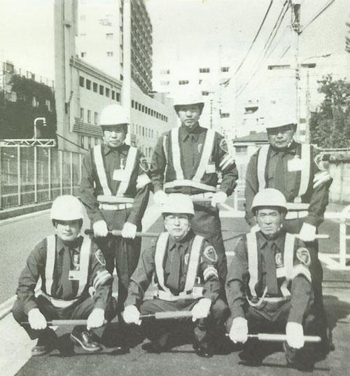 仲間と一緒に現場に立っていた頃。前列中央が嶋崎氏