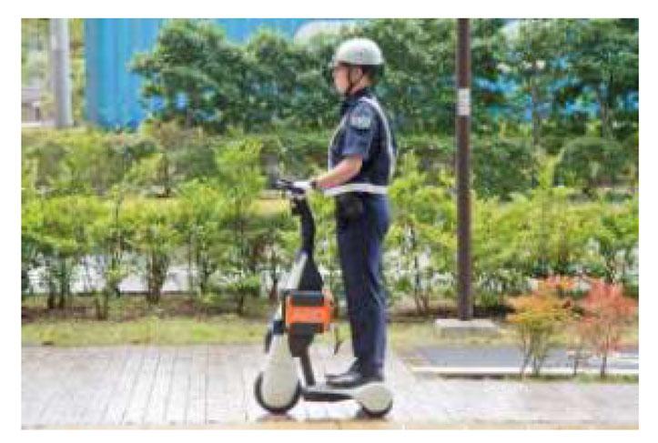 「歩行領域EV(警備実証用モデル)」を使って巡回する警備員
