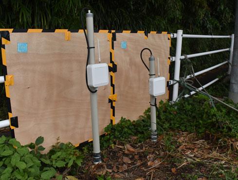 設置された傾斜計(右)。左側は計測管理用の装置