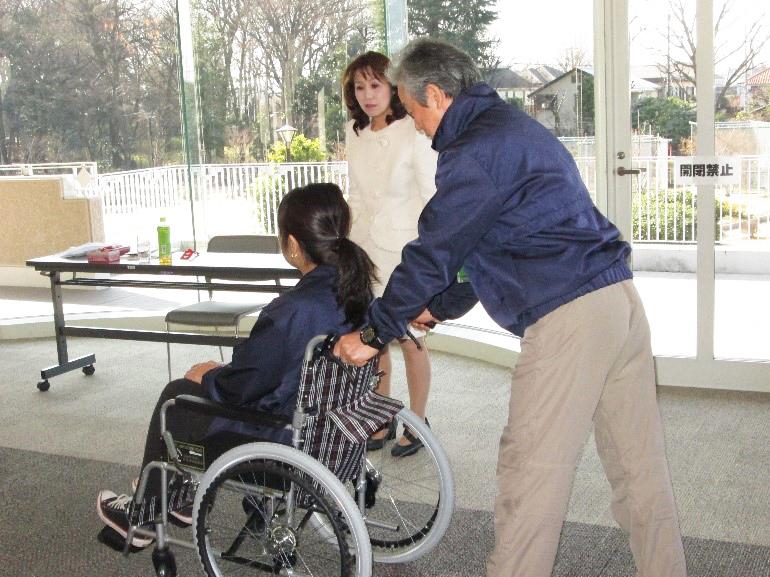 障碍者対応訓練を見守る五十嵐社長