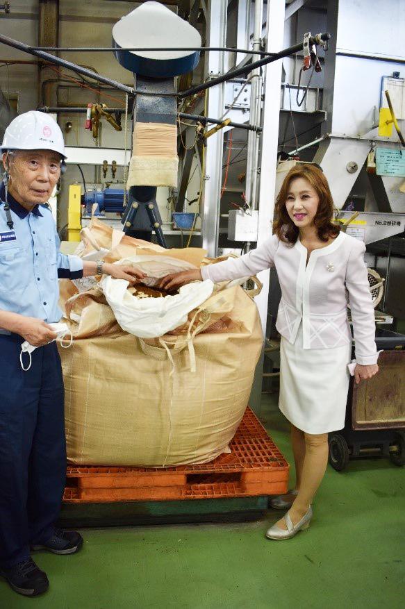IGARASHI資源リサイクルセンターで出来上がった肥料を確認する五十嵐社長と上田センター長