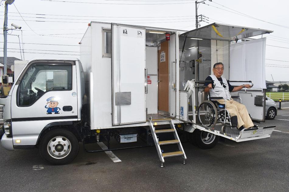 出動準備をしていた「バイオトイレカー」。八木会長が乗った車いすの周囲に視界を遮る布製の幕が取り付けられるようにした